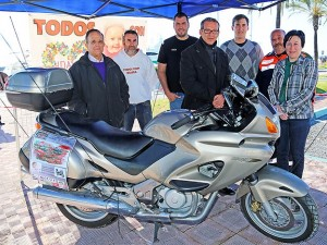 se hace entrega de la moto del sorteo para la familia de Idaira en Benalmadena
