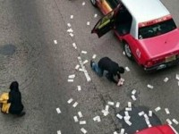 Un furgón mal cerrado provoca una lluvia de dólares en Hong Kong