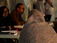 Familia Unida dona abrigos y mantas a personas que viven en la calle